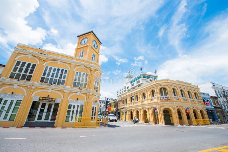 Phuket, Tailandia - 12 de octubre de 2017: Edificio con la torre de reloj o fotos de archivo libres de regalías