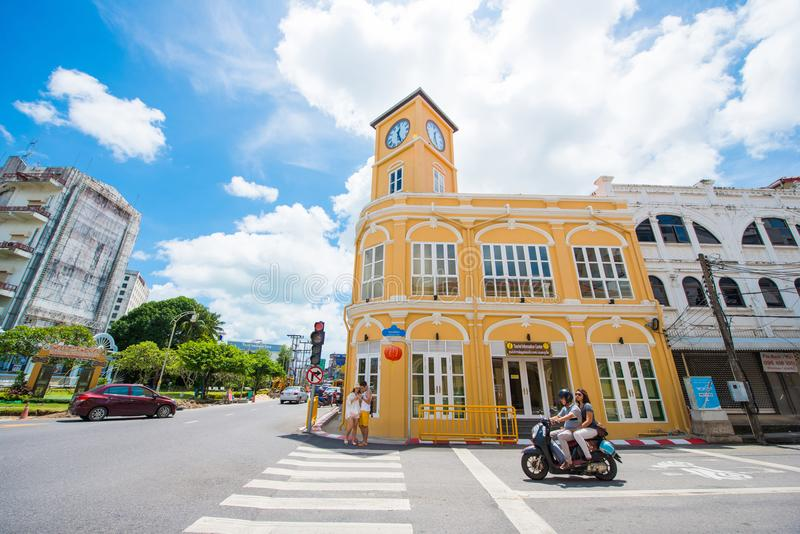 Phuket, Tailandia - 12 de octubre de 2017: Edificio con la torre de reloj o foto de archivo libre de regalías