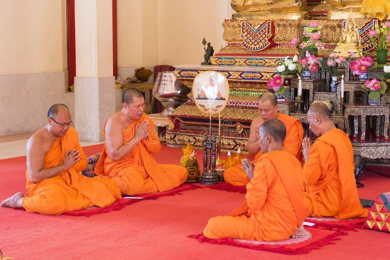 Phuket, Tailandia, 04/19/2019 - gruppo di monaci buddisti che pregano insieme al tempio di Chalong fotografie stock