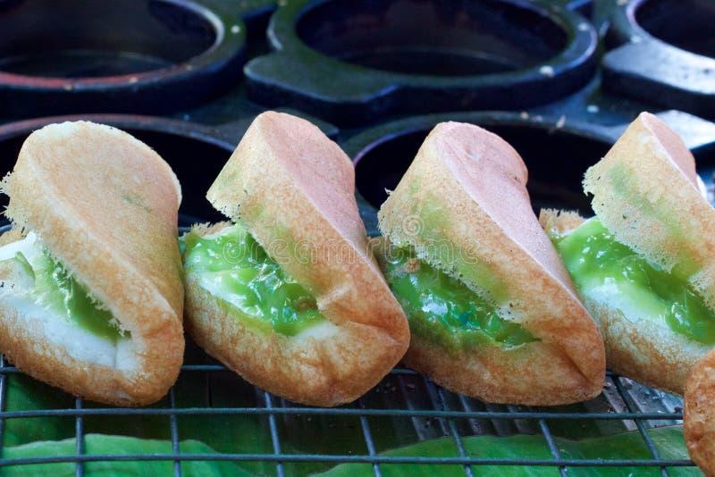 Phuket, Tailandia: La harina de arroz se enrolla con el relleno pandan en el mercado fotografía de archivo libre de regalías