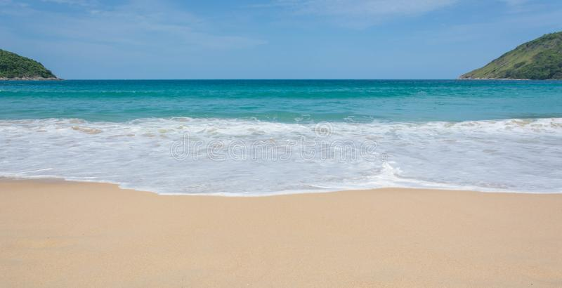 PHUKET, TAILANDIA 25 LUGLIO 2017: Le folle dei turisti a Naihan tirano il 25 luglio 2017 a Phuket, Tailandia Phuket è un destin p immagini stock libere da diritti