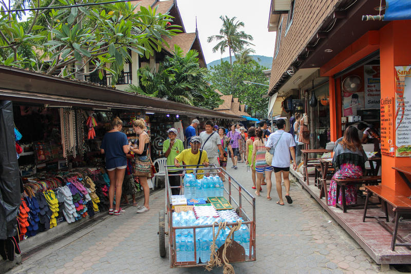PHUKET, TAILANDIA 29 NOVEMBRE 2013: I turisti comperano alla via di camminata del vecchio mercato della città Koh PhiPhi Don in m immagine stock libera da diritti