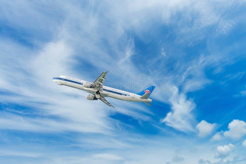 Phuket - Tailandia - Otober 23,2017: El vuelo meridional del aeroplano de China Airbus 330-300 saca en el aeropuerto de Phuket fotos de archivo