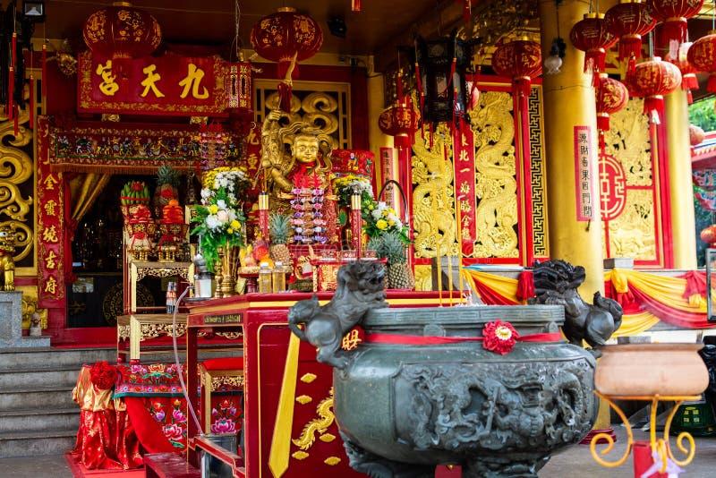 PHUKET, TAILANDIA - 8 OTTOBRE 2018: Altare in cinese il santuario J fotografia stock