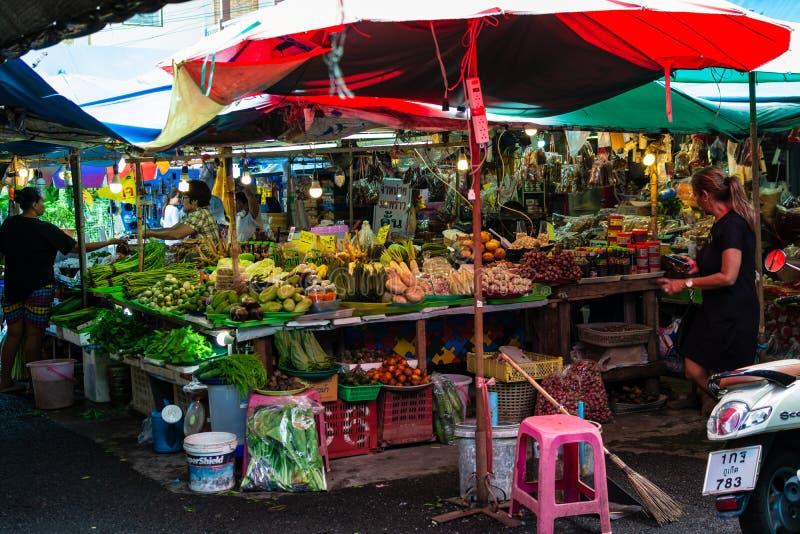 PHUKET, TAILANDIA - 8 OTTOBRE 2018: Mercato di prodotti freschi locale nel phuke immagine stock libera da diritti