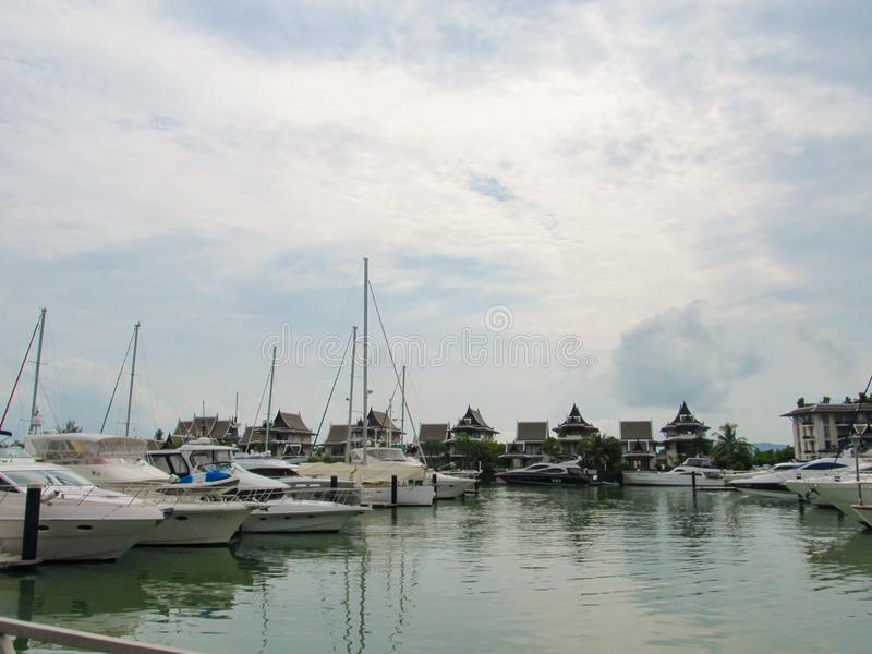 PHUKET, TAILANDIA - 15 ottobre 2012: Yacht e motoscafo dell'ancoraggio del porto a phuket fotografia stock libera da diritti