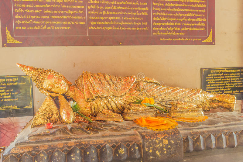 Phuket, Tailandia - 12 settembre 2015: Statua adagiantesi di Buddha al tempio di Pratong fotografia stock