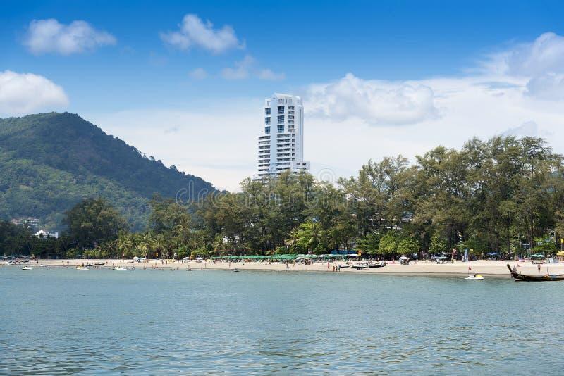 Phuket, Tailandia, spiaggia di Patong, 04/19/2019: esaminare il lungonmare verso gli hotel turistici immagine stock