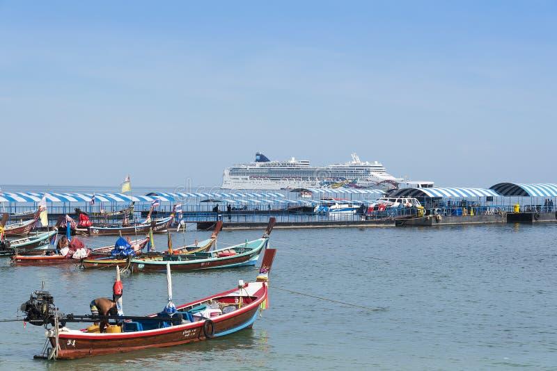 Phuket, Tailandia, spiaggia di Patong, 04/19/2019: Terminale della nave da crociera che esamina il mare verso una grande fodera d immagini stock libere da diritti