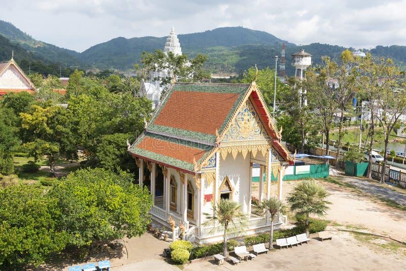 Phuket, Tailandia - 04/19/2019: Wat Chalong Temple il giorno di estate soleggiato all'isola di Phuket, Tailandia È il più grande  immagine stock