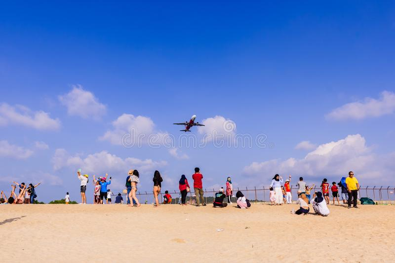 Phuket Tajlandia, Kwiecie?, - 14, 2019: Tury?ci ciesz? si? bra? obrazek z samolotowym lataniem nad one jako t?o, przy zdjęcia stock