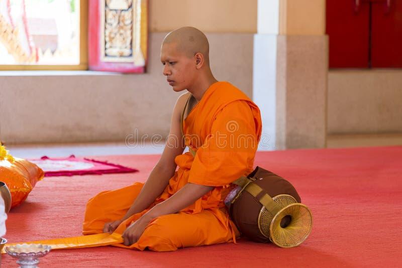 Phuket, Tajlandia, 04/19/2019 - Pojedynczy mnicha buddyjskiego modlenie przy Chalong świątynią fotografia royalty free