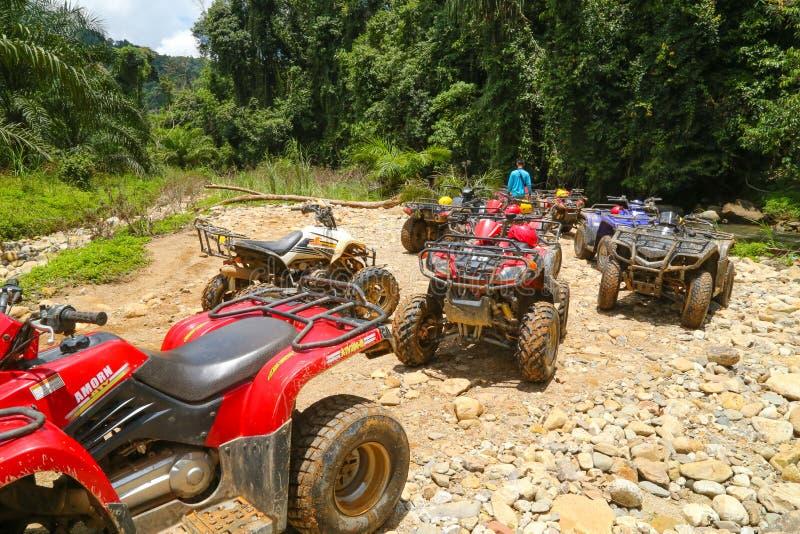 PHUKET, THAÏLANDE - 23 AOÛT : Touristes montant ATV aux adv de nature photo libre de droits