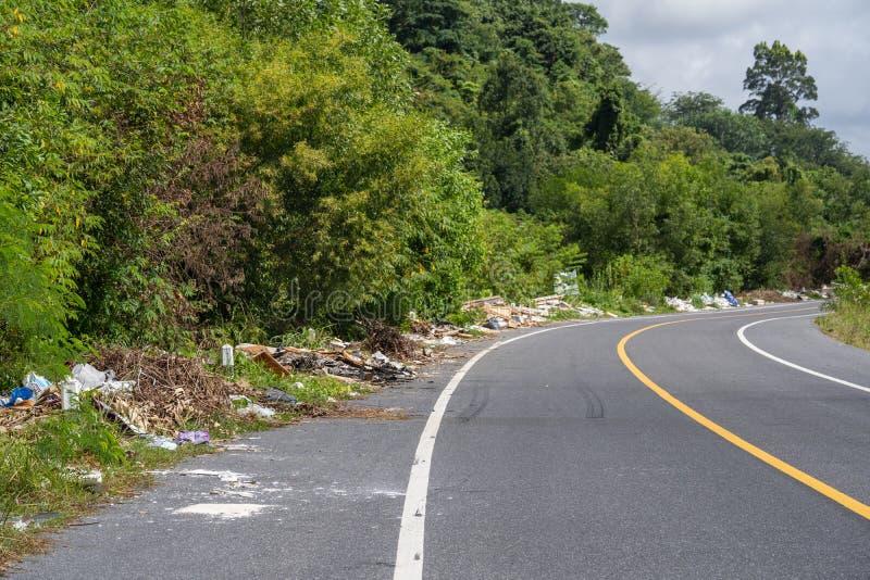 Phuket, THAÏLANDE - 26 juillet 2018 : La pile des déchets du côté de la route à Phuket, problème de pollution de déchets et d'env photo libre de droits