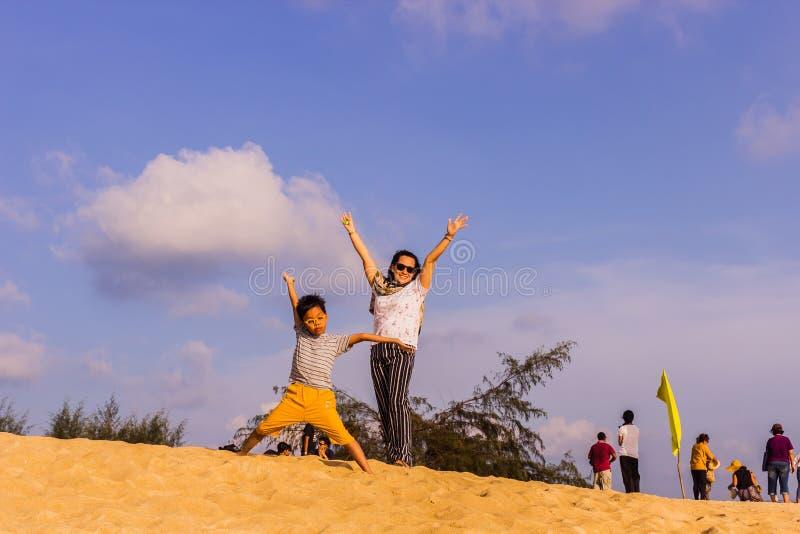 Phuket, Tha?lande - 14 avril 2019 : Les touristes ont plaisir ? prendre une photo avec l'avion volant au-dessus de eux comme fond photo stock