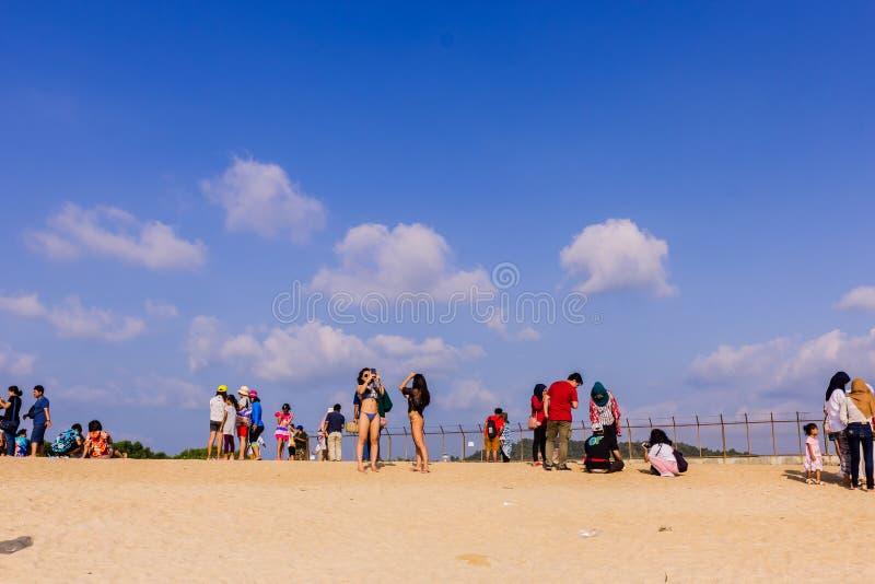 Phuket, Tha?lande - 14 avril 2019 : Les touristes ont plaisir ? prendre une photo avec l'avion volant au-dessus de eux comme fond images libres de droits