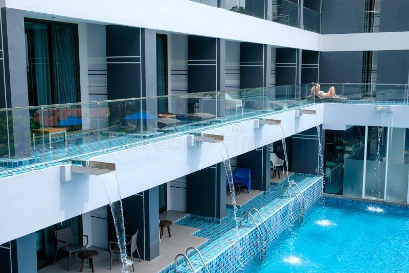 Phuket, Thailand - 03 April 2017: Hotelbalkon en zwembad in het yamahotel royalty-vrije stock fotografie