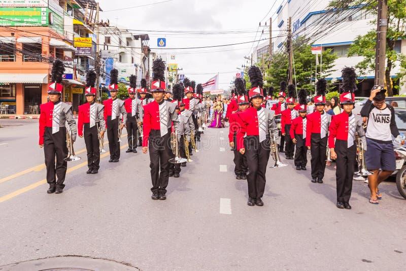 Phuket, Thailand - 26. August 2016: Cheerleader und Parade verschiedenen Sc stockfotos