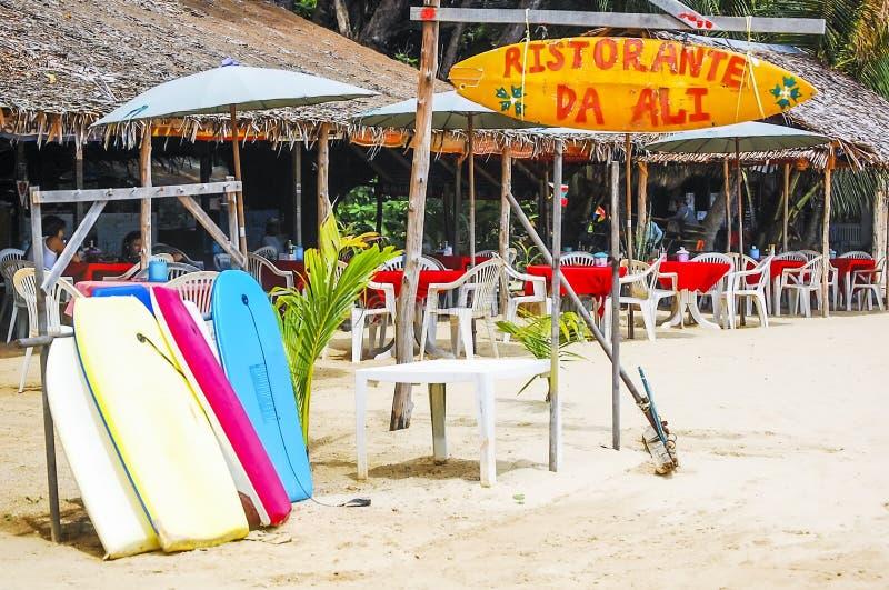 Phuket, Thailand - 2009: Brandingsraad van diverse kleuren en restaurants op de achtergrond stock afbeeldingen