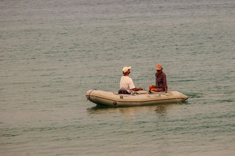 Phuket, Thailand - Februari 17, 2015: Het oude dagpaar voelt gelukkig stock fotografie
