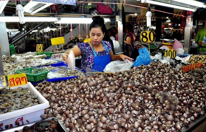 Phuket, Thailand: Frau, die Schalentiere verkauft lizenzfreie stockfotografie
