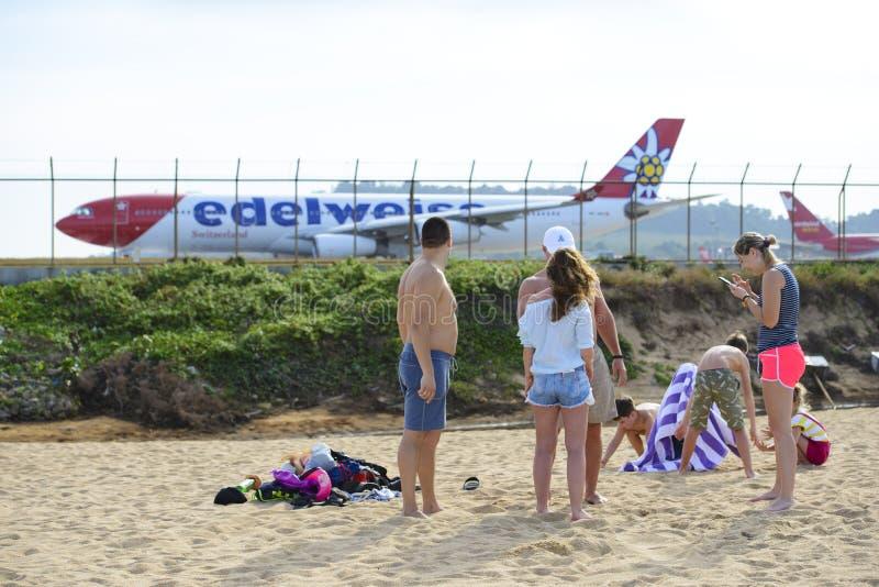Phuket Thailand - Januari 9, 2019: Många turister har gyckel på den Mai Khao stranden på Phuket den internationella flygplatsen royaltyfri foto