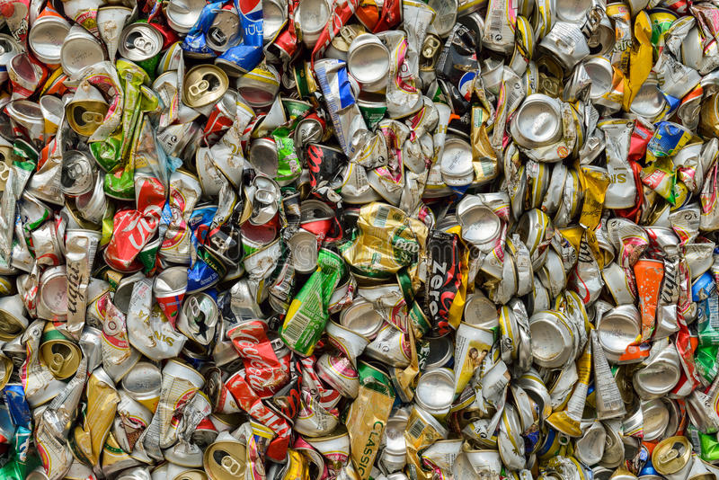 PHUKET, THAILAND 28 JUNI, 2015: De gerecycleerde blikken van de aluminiumdrank royalty-vrije stock foto