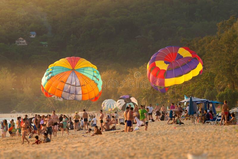 Phuket Thailand - Juni 17,2017: Färgrika parasails som visar på tro royaltyfri fotografi