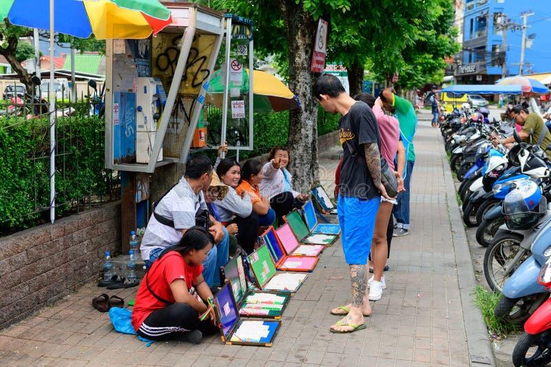 Phuket Thailand - Juni 16, 2019: Köpande lotterier för oidentifierat asiatiskt folk på Patong arkivbilder