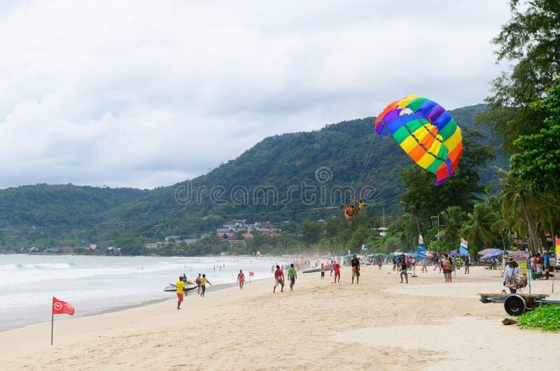 Phuket Thailand - Juni 16, 2019: Parasail ner som sandpapprar stranden på Phuket arkivfoton