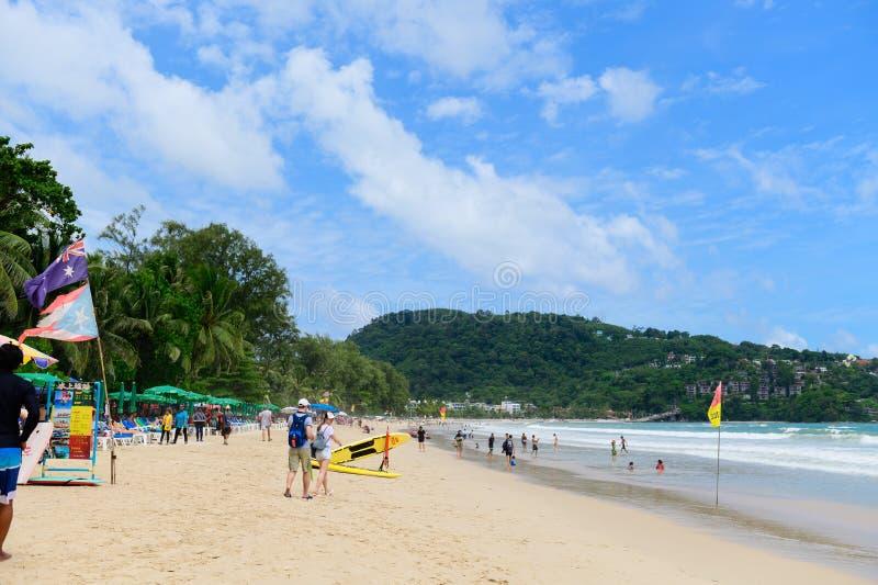 Phuket Thailand - Juni 16, 2019: Turister på den Patong stranden i Phuket arkivfoto