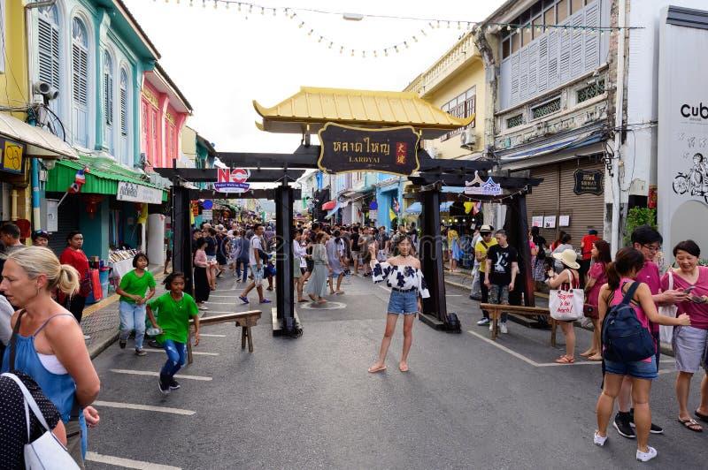 Phuket Thailand - Juni 16, 2019: Turister på helgen som går gatamarknaden, namngav Lardyai i Phuket den gamla staden royaltyfri foto
