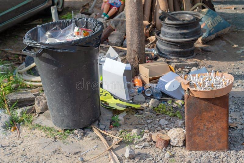 Phuket, Thailand - 27. M?rz 2019: Zigarettenkippen im Aschenbecher mit Sand an Rauchpunkt stockfotos