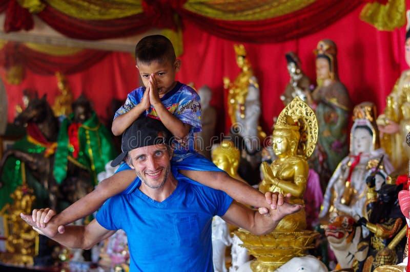 PHUKET, THAILAND - MAART 30, 2016: mooie jongen die van het berijden op man rug genieten royalty-vrije stock fotografie