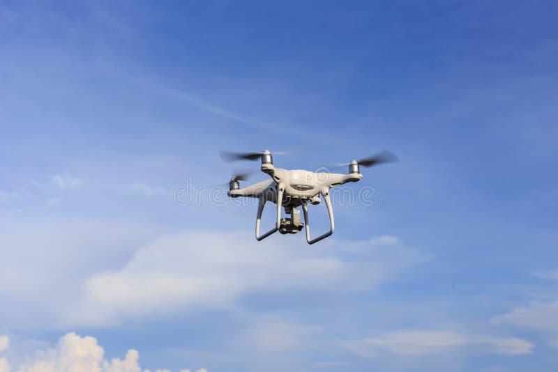 PHUKET THAILAND - MAJ 9: Pro-wi för surrquadcopterDji fantom 4 royaltyfri fotografi