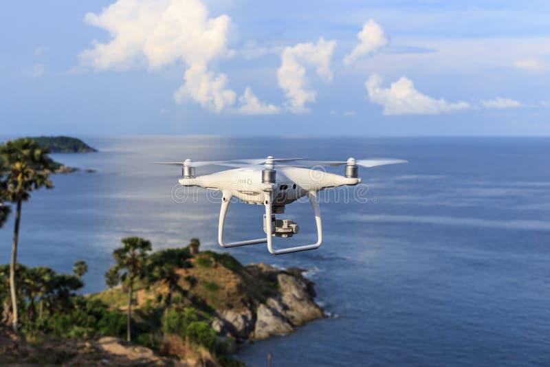 PHUKET THAILAND - MAJ 9: Pro-wi för surrquadcopterDji fantom 4 arkivbilder