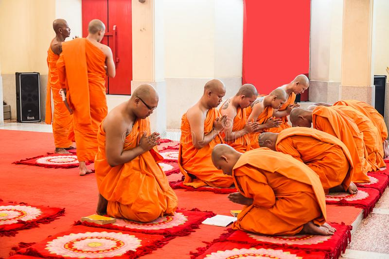 PHUKET, THAILAND - MEI 29: De monnik in Boeddhisme bekent één ` s m royalty-vrije stock afbeelding