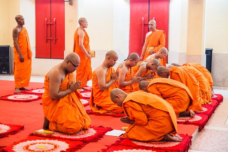 PHUKET, THAILAND - MEI 29: De monnik in Boeddhisme bekent één ` s m royalty-vrije stock fotografie