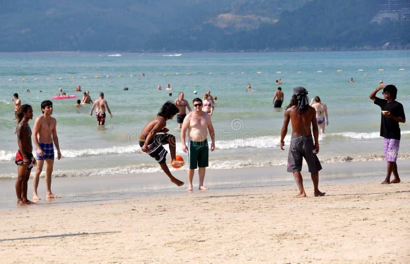 Phuket, Thailand: Mensen die Voetbal op Strand spelen royalty-vrije stock foto