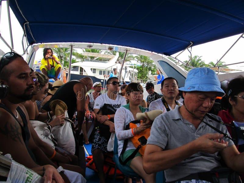 PHUKET, THAILAND - 15 Oktober 2012: Chinese toeristen die met camera's in een jacht zitten dat op een reis van Phi Phi-eiland gaa stock foto's