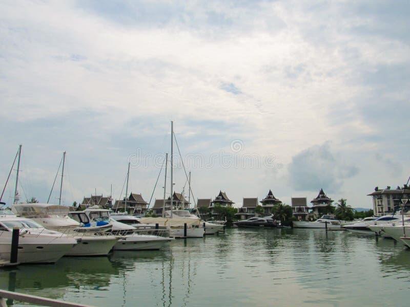 PHUKET, THAILAND - 15 Oktober 2012: Het jacht en de motorboot van de havenligplaats in phuket royalty-vrije stock fotografie
