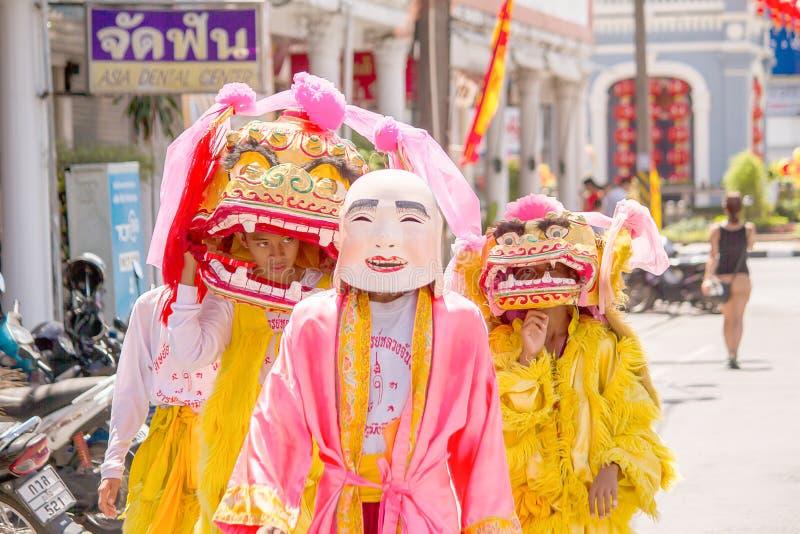 Phuket Thailand - Oktober 14, 2015: Oidentifierade deltagare som bär maskot i ceremonin under Phuket vegetarianfestival arkivfoto