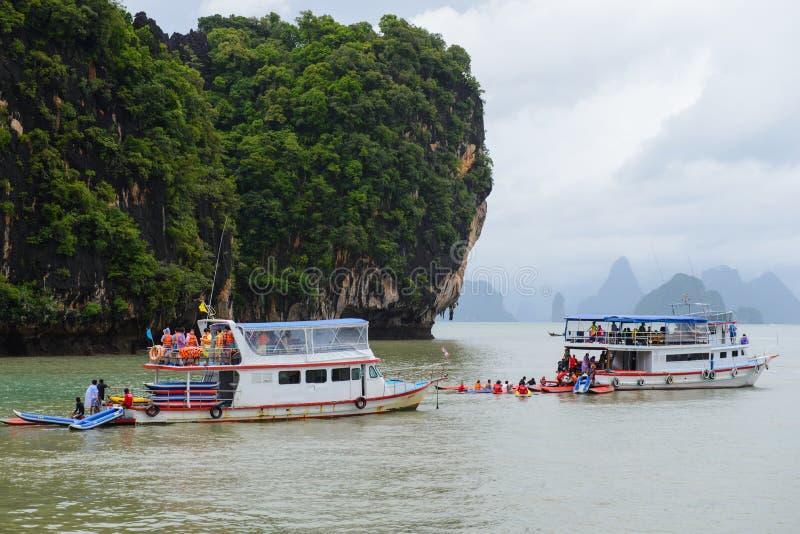 Phuket Thailand - Oktober 7, 2014: Skeppbesättningen för två turist förbereder kajakfartyg för handelsresande på Koh Hong Phang N arkivbild