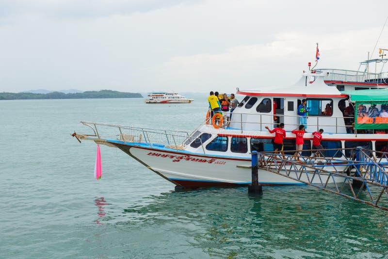 Phuket Thailand - Oktober 7, 2014: Stor träfärja med passagerare som transporterar turister från Phuket till Koh Hong Phang Ng royaltyfria foton