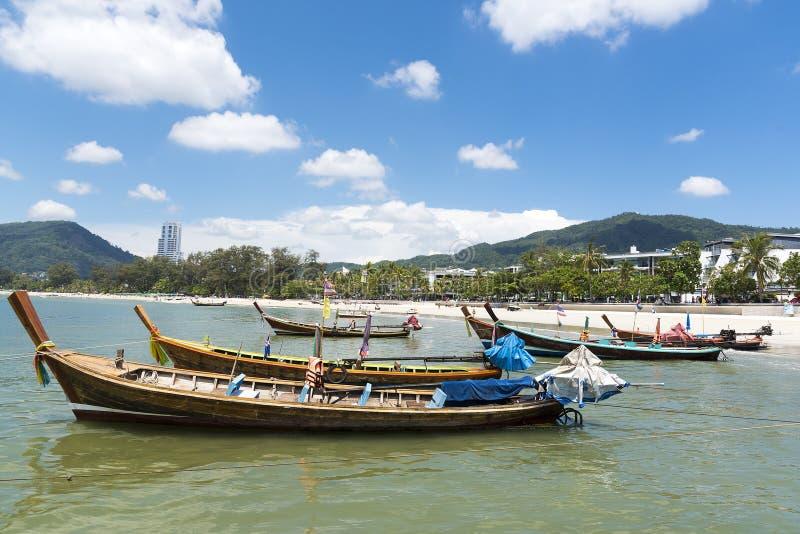 Phuket Thailand, Patong strand, 04/19/2019: se över havet in mot ett fastland med fiskebåten i förgrund royaltyfria bilder