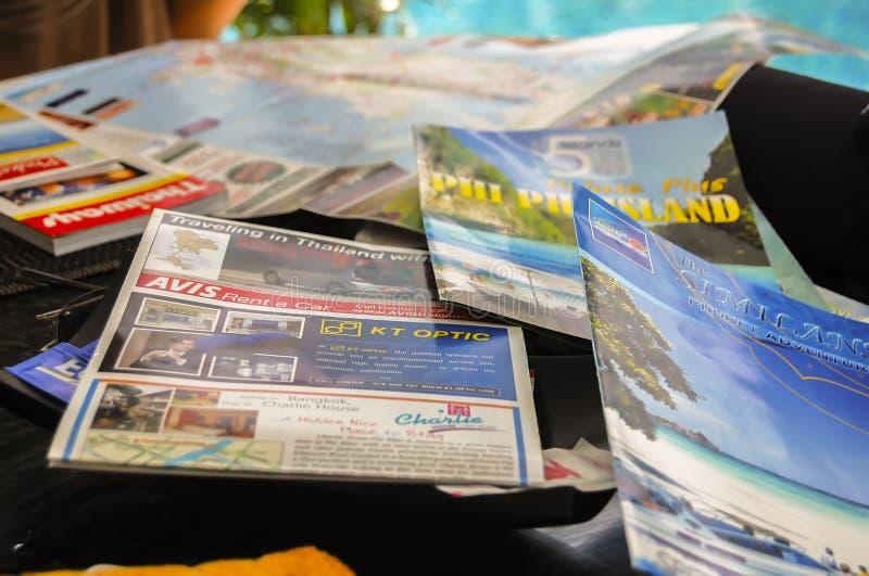 Phuket, Thailand - 2009: Reishandleidingen en tijdschriften van Thailand stock afbeeldingen