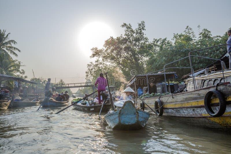 Phung Hiep spławowy rynek przy sposobów rozdrożami, Może Tho miasto, Tien Giang (Nga zatoka) zdjęcia royalty free