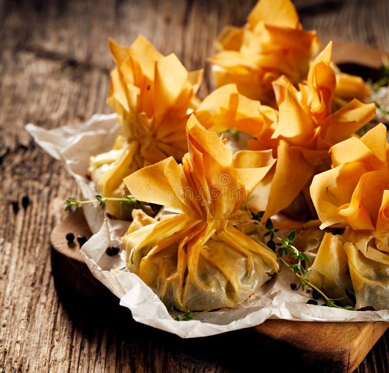 Phyllo酥皮点心充塞用菠菜和希腊白软干酪,可口素食食物 库存照片
