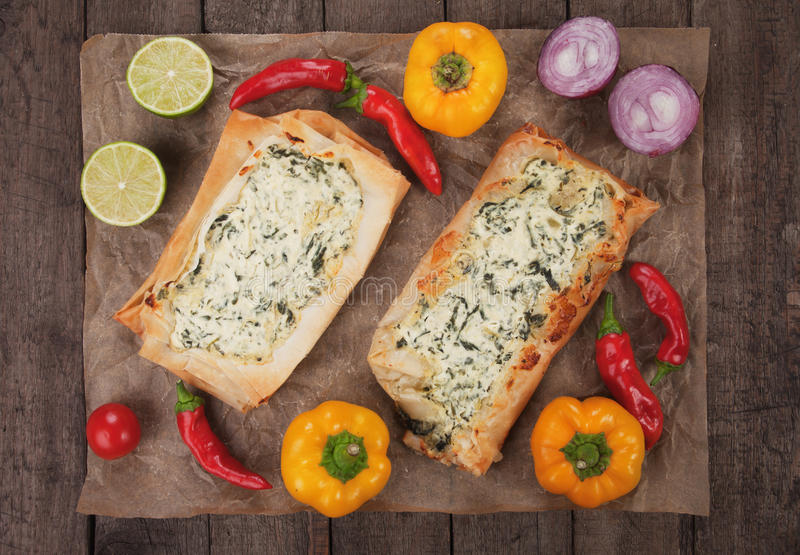 Phyllo酥皮点心充满乳酪和菠菜 免版税图库摄影