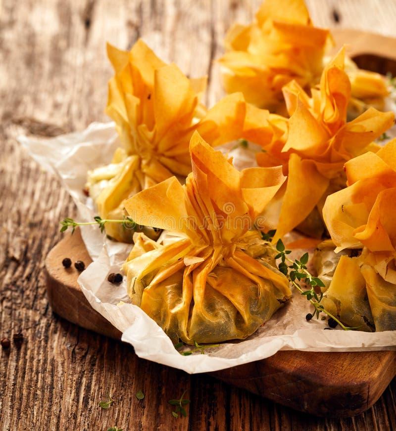 Phyllo bakelse som är välfylld med spenat- och fetaost, läcker vegetarisk mat fotografering för bildbyråer